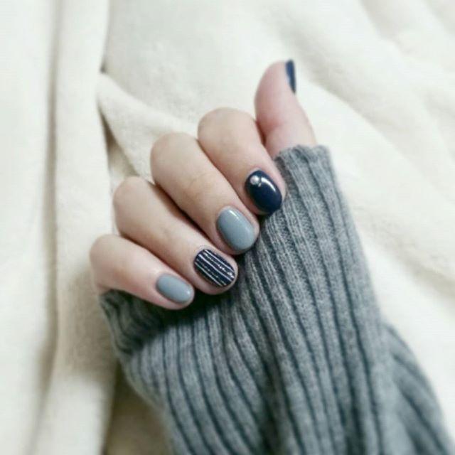 上品で大人な印象♡「ネイビー」を使った冬ネイルのデザイン