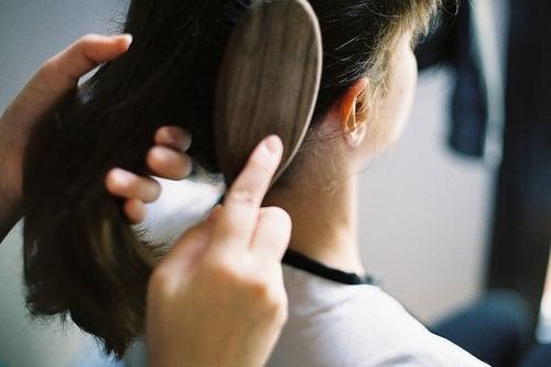 <ステップ9> コームで髪をとかす